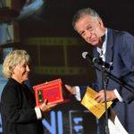 Cinzia Th Torrini ritira il premio dal produttore Matteo Levi