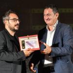 Paolo Masini premia Alessandro Bianchi come Miglior fonico di presa diretta per la serie GOMORRA