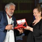 il tecnico di Eff. Speciali Roberto Ricci premiato da Cristina Priarone presidente della Filmcommission Nazionale per la Fiction ROSI ABATE 2